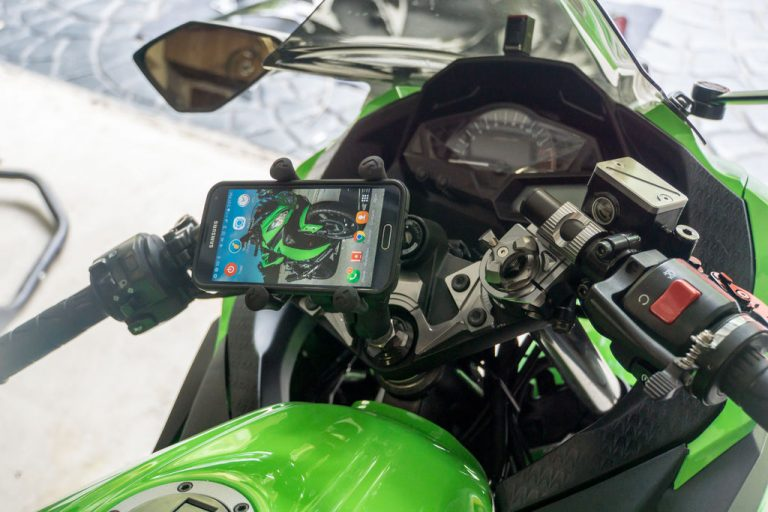 This is how the finished Ninja 300 phone mount looks. A nicely centered, versatile, secure smartphone mount.